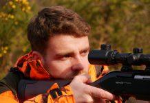 Chasseur concentré en action de chasse en AICA